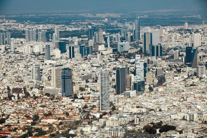 תל אביב בשעת אזעקה. נסו לדמיין שהעיר במצור...