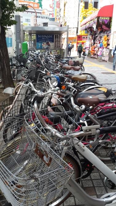 עשרות זוגות אופניים חונים ברחוב,  צילום: מיכל פ.